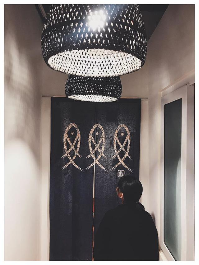 Chán phòng trọ nóng bức chật chội ở thành phố, cặp vợ chồng vay 350 triệu lên Đà Lạt cải tạo nhà cũ theo phong cách tối giản kiểu Nhật vừa ở vừa kinh doanh - Ảnh 15.