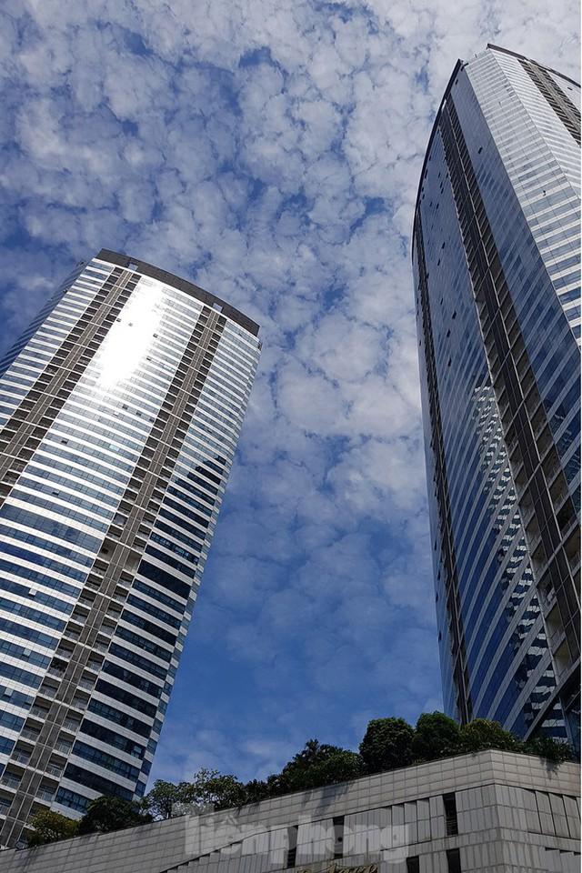 Ngộp thở những khối bê tông khổng lồ vươn trên bầu trời ngày nắng nóng - Ảnh 13.