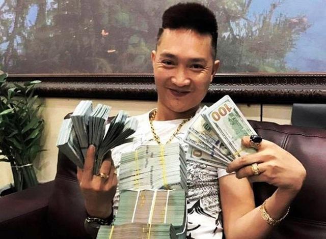 Chân dung Huấn Hoa Hồng: Giang hồ mạng 2 lần đi cai nghiện, thản nhiên ra sách chui và đóng MV quảng cáo cờ bạc trá hình - Ảnh 3.