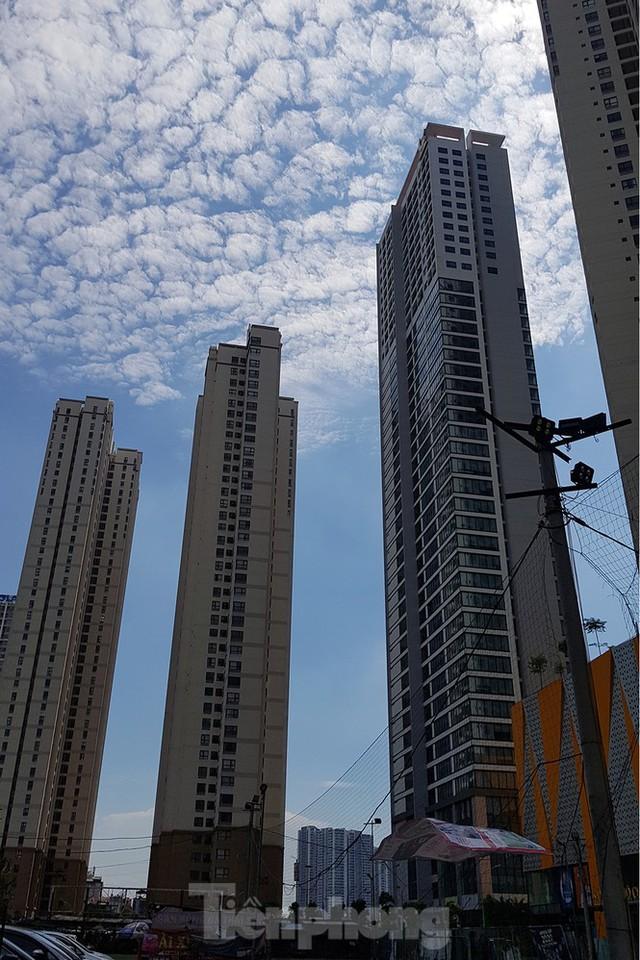 Ngộp thở những khối bê tông khổng lồ vươn trên bầu trời ngày nắng nóng - Ảnh 3.