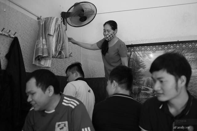 Chuyện của cô Lụa ô sin: Con cái phụng dưỡng đủ đầy vẫn đến Hà Nội để làm bàn tay và đôi mắt cho những người khiếm thị - Ảnh 13.