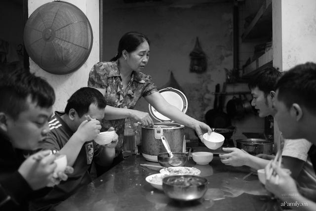 Chuyện của cô Lụa ô sin: Con cái phụng dưỡng đủ đầy vẫn đến Hà Nội để làm bàn tay và đôi mắt cho những người khiếm thị - Ảnh 7.