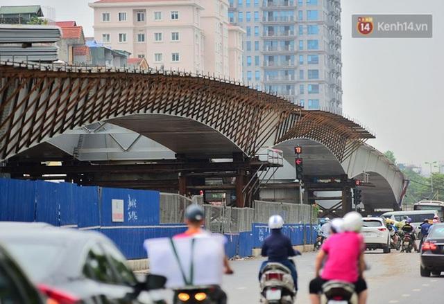 Cận cảnh cầu vượt dầm thép nối liền 3 quận nội thành Hà Nội đang gấp rút thi công - Ảnh 13.