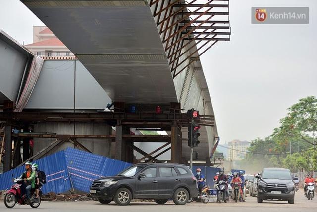 Cận cảnh cầu vượt dầm thép nối liền 3 quận nội thành Hà Nội đang gấp rút thi công - Ảnh 14.