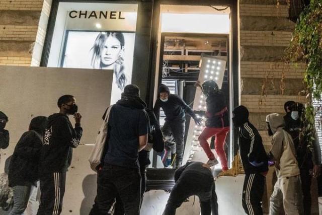 Hàng loạt cửa hàng xa xỉ bị cướp bóc, New York áp lệnh giới nghiêm từ 20h  - Ảnh 1.