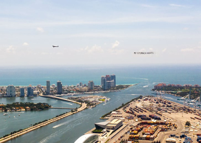 Lời cuối của George Floyd trên bầu trời nước Mỹ và cuộc biểu tình trên không của một nghệ sĩ da màu - Ảnh 2.