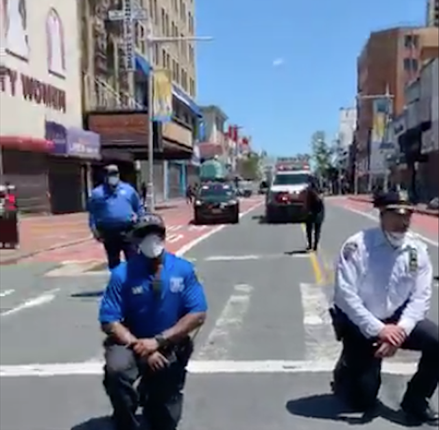 Nhiều cảnh sát Mỹ bất ngờ bỏ dùi cui, quỳ gối đồng hành cùng người biểu tình để tưởng niệm nạn nhân bị cảnh sát chẹt cổ chết - Ảnh 1.