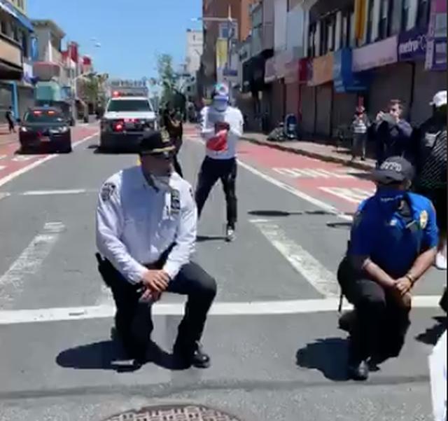Nhiều cảnh sát Mỹ bất ngờ bỏ dùi cui, quỳ gối đồng hành cùng người biểu tình để tưởng niệm nạn nhân bị cảnh sát chẹt cổ chết - Ảnh 2.