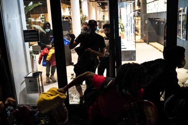 Làm ơn, tôi không có bảo hiểm: Câu chuyện buồn của các chủ cửa hiệu giữa làn sóng biểu tình tại Mỹ - Ảnh 2.