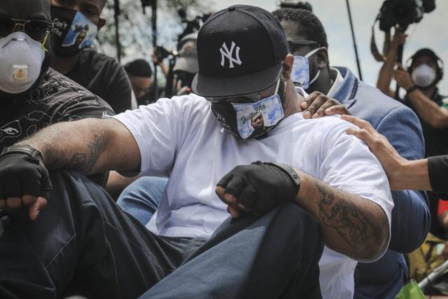 Xúc động với lời kêu gọi chấm dứt biểu tình của người em trai tại chính nơi George Floyd bị cảnh sát ghì chết - Ảnh 2.