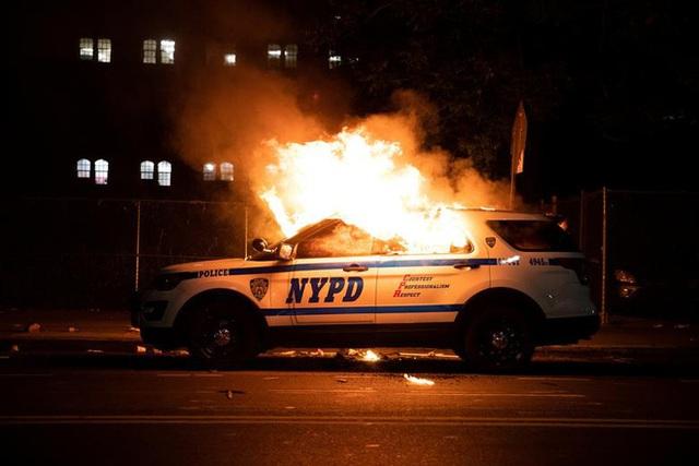Những bức hình ám ảnh: Sau cái chết của một người đàn ông, cả nước Mỹ bỗng nhiên ngập chìm trong khói lửa và sự phẫn nộ - Ảnh 11.
