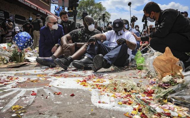 Xúc động với lời kêu gọi chấm dứt biểu tình của người em trai tại chính nơi George Floyd bị cảnh sát ghì chết - Ảnh 3.