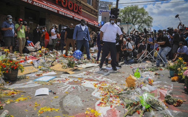 Xúc động với lời kêu gọi chấm dứt biểu tình của người em trai tại chính nơi George Floyd bị cảnh sát ghì chết - Ảnh 4.