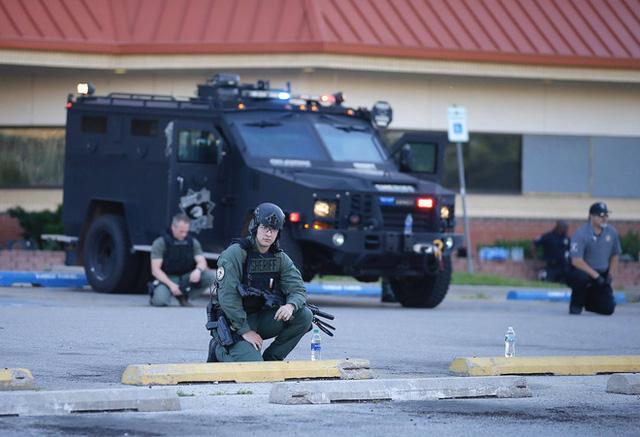 Nhiều cảnh sát Mỹ bất ngờ bỏ dùi cui, quỳ gối đồng hành cùng người biểu tình để tưởng niệm nạn nhân bị cảnh sát chẹt cổ chết - Ảnh 6.