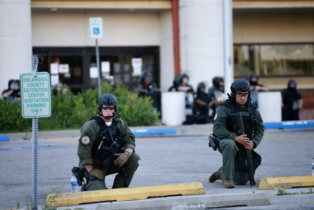 Nhiều cảnh sát Mỹ bất ngờ bỏ dùi cui, quỳ gối đồng hành cùng người biểu tình để tưởng niệm nạn nhân bị cảnh sát chẹt cổ chết - Ảnh 7.