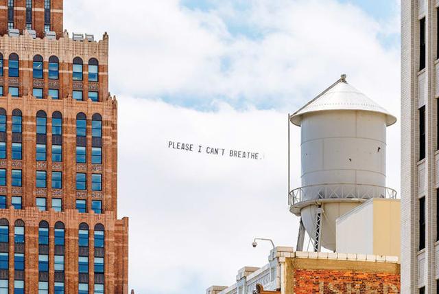 Lời cuối của George Floyd trên bầu trời nước Mỹ và cuộc biểu tình trên không của một nghệ sĩ da màu - Ảnh 1.