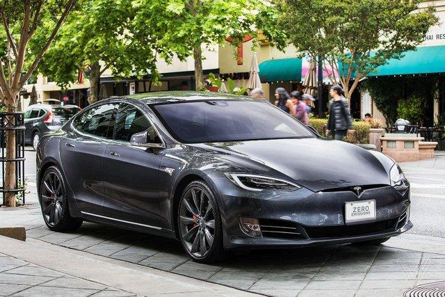 Tesla tung ra phiên bản xe điện chạy 647km một lần sạc, đẩy giá cổ phiếu tăng vùn vụt - Ảnh 1.