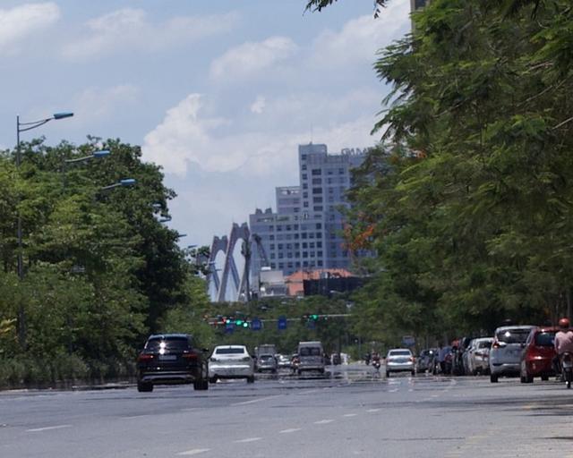 Nền nhiệt duy trì 40 độ, đường phố Hà Nội xuất hiện ảo ảnh - Ảnh 1.