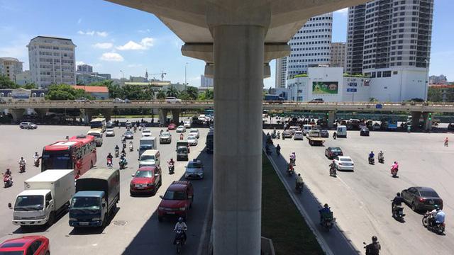 Nền nhiệt duy trì 40 độ, đường phố Hà Nội xuất hiện ảo ảnh - Ảnh 2.