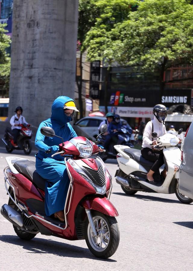 Nền nhiệt duy trì 40 độ, đường phố Hà Nội xuất hiện ảo ảnh - Ảnh 4.