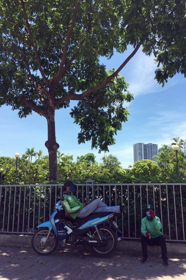 Nền nhiệt duy trì 40 độ, đường phố Hà Nội xuất hiện ảo ảnh - Ảnh 6.