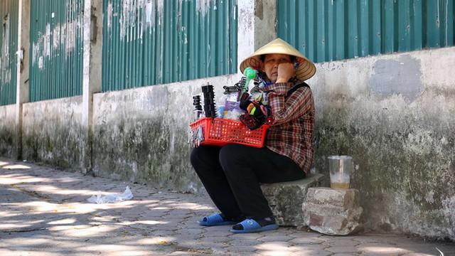 Nền nhiệt duy trì 40 độ, đường phố Hà Nội xuất hiện ảo ảnh - Ảnh 8.