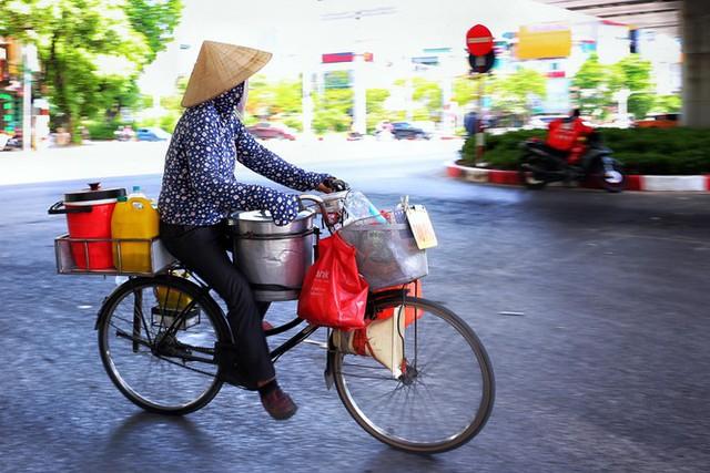 Nền nhiệt duy trì 40 độ, đường phố Hà Nội xuất hiện ảo ảnh - Ảnh 9.