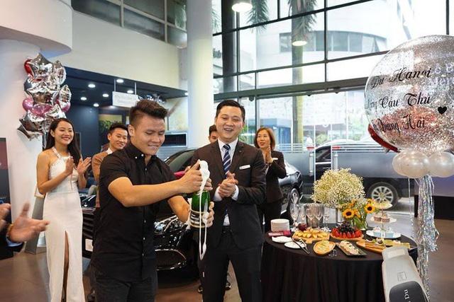 Soi xe sang Mercedes trị giá 2,4 tỷ của cầu thủ Quang Hải  - Ảnh 2.
