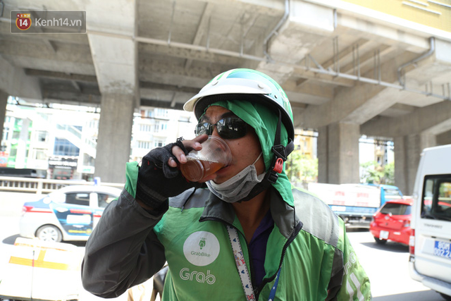 Hà Nội: Giữa nắng nóng kinh hoàng, có 1 quán trà chanh với khăn lạnh miễn phí giúp người lao động nghèo giải nhiệt sau giờ lao động vất vả - Ảnh 12.