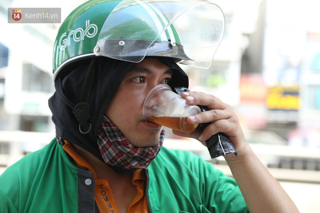Hà Nội: Giữa nắng nóng kinh hoàng, có 1 quán trà chanh với khăn lạnh miễn phí giúp người lao động nghèo giải nhiệt sau giờ lao động vất vả - Ảnh 13.