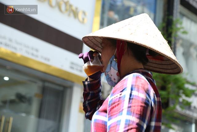 Hà Nội: Giữa nắng nóng kinh hoàng, có 1 quán trà chanh với khăn lạnh miễn phí giúp người lao động nghèo giải nhiệt sau giờ lao động vất vả - Ảnh 14.
