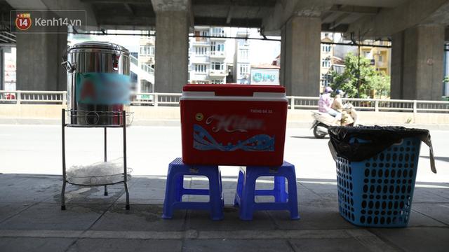 Hà Nội: Giữa nắng nóng kinh hoàng, có 1 quán trà chanh với khăn lạnh miễn phí giúp người lao động nghèo giải nhiệt sau giờ lao động vất vả - Ảnh 4.