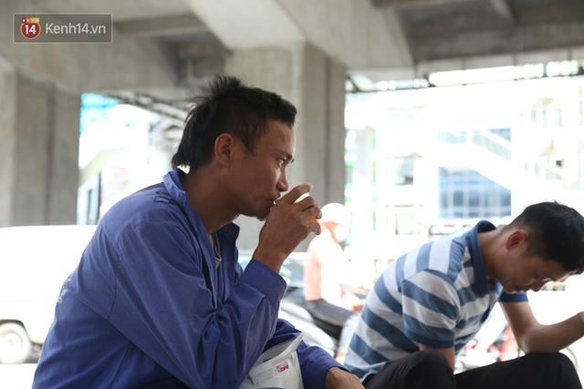 Hà Nội: Giữa nắng nóng kinh hoàng, có 1 quán trà chanh với khăn lạnh miễn phí giúp người lao động nghèo giải nhiệt sau giờ lao động vất vả - Ảnh 6.