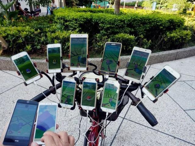 Ông lão nổi tiếng nhờ chơi Pokémon Go trên xe đạp vừa nâng cấp lên dàn 64 chiếc smartphone - Ảnh 1.