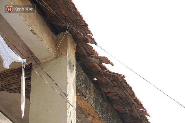 Ảnh: Hãi hùng cảnh khu tập thể xập xệ ở Hà Nội, ngói nằm lơ lửng khiến người dân nơm nớp lo sợ - Ảnh 15.