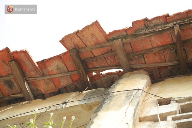 Ảnh: Hãi hùng cảnh khu tập thể xập xệ ở Hà Nội, ngói nằm lơ lửng khiến người dân nơm nớp lo sợ - Ảnh 16.