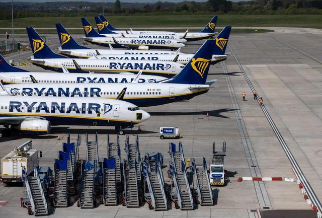 La liệt máy bay nằm không tại sân bay trên khắp thế giới - Ảnh 1.