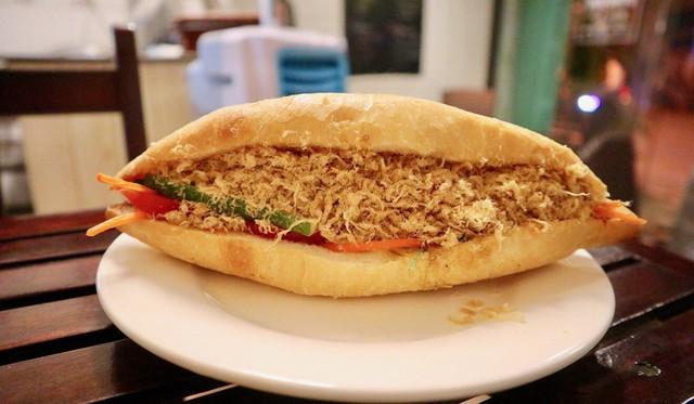 Báo ngoại kể tiếp chuyện bánh mì Việt: Từ món mặn nổi tiếng toàn cầu đến cú chuyển mình thành món chay chinh phục thực khách quốc tế - Ảnh 2.