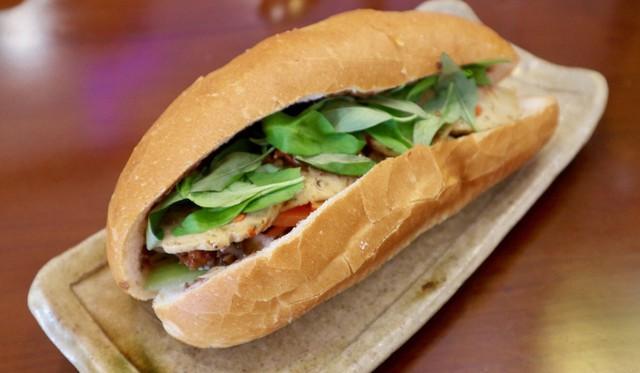 Báo ngoại kể tiếp chuyện bánh mì Việt: Từ món mặn nổi tiếng toàn cầu đến cú chuyển mình thành món chay chinh phục thực khách quốc tế - Ảnh 4.