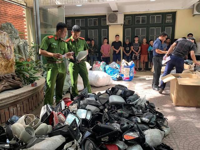 Chợ trời ở Hà Nội: Tấp nập mua bán, lấn chiếm lòng đường - Ảnh 1.