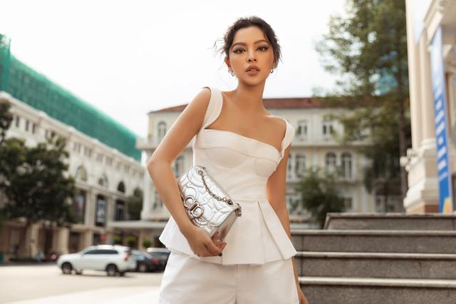 Ba fashionista đình đám biến hoá trong trang phục trắng tinh khiết của NTK Công Trí  - Ảnh 1.