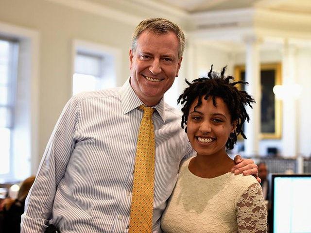 Thị trưởng New York nói về con gái bị bắt trong cuộc biểu tình: Con bé chỉ muốn nhìn thấy một thế giới tốt đẹp và hoà bình hơn - Ảnh 1.