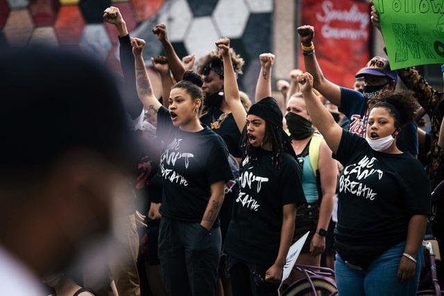 Toàn cảnh nước Mỹ bước vào đêm thứ 8 không ngủ: Làn sóng biểu tình tiếp tục đòi công bằng cho George Floyd và kêu gọi người da đen đáng được sống - Ảnh 3.