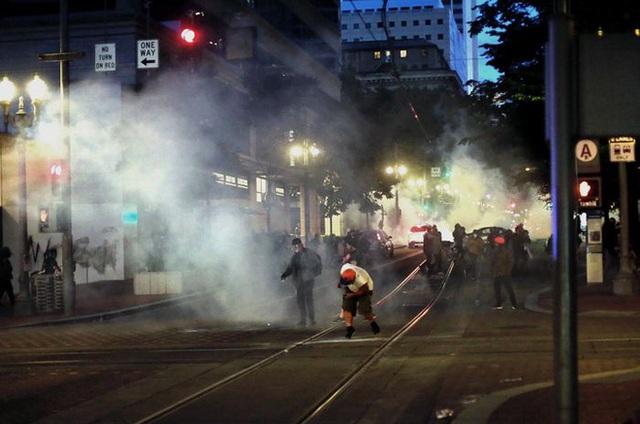 Toàn cảnh nước Mỹ bước vào đêm thứ 8 không ngủ: Làn sóng biểu tình tiếp tục đòi công bằng cho George Floyd và kêu gọi người da đen đáng được sống - Ảnh 26.