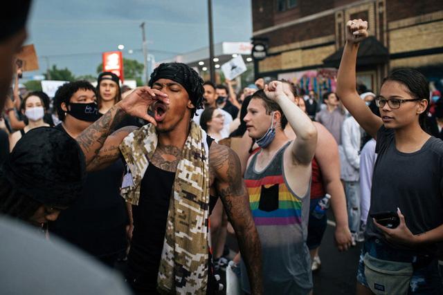Toàn cảnh nước Mỹ bước vào đêm thứ 8 không ngủ: Làn sóng biểu tình tiếp tục đòi công bằng cho George Floyd và kêu gọi người da đen đáng được sống - Ảnh 4.