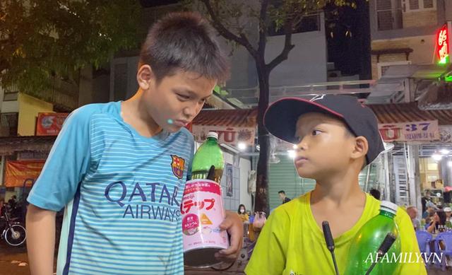 """Hai anh em đi phun lửa dầu hôi mưu sinh đêm Sài Gòn: """"Con chỉ muốn có đầy đủ ba mẹ thôi"""" - Ảnh 8."""