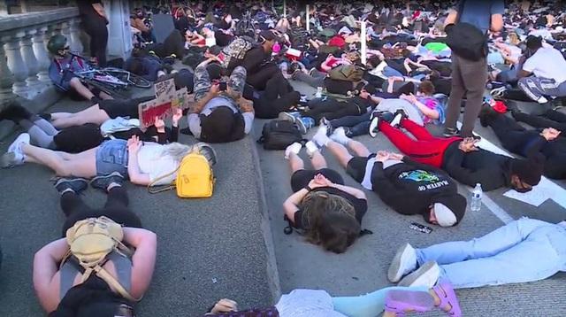 Mỹ: Cả cây cầu tắc nghẽn vì người biểu tình mô phỏng tư thế của nạn nhân bị cảnh sát ghì cổ đến chết - Ảnh 1.