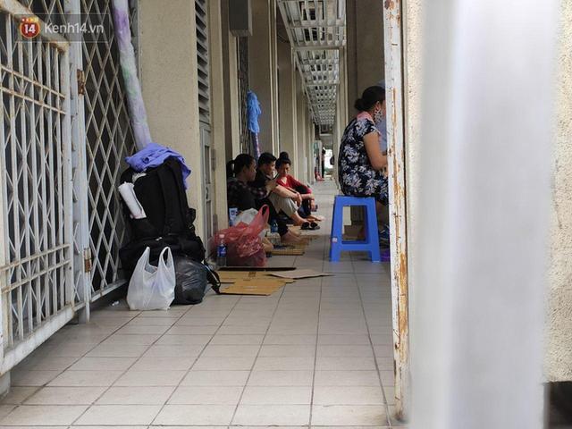 Ảnh: Nắng nóng gần 40 độ C ở Hà Nội, người nhà bệnh nhân vạ vật gần hành lang, dưới bóng cây trong bệnh viện - Ảnh 11.