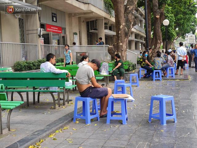 Ảnh: Nắng nóng gần 40 độ C ở Hà Nội, người nhà bệnh nhân vạ vật gần hành lang, dưới bóng cây trong bệnh viện - Ảnh 12.