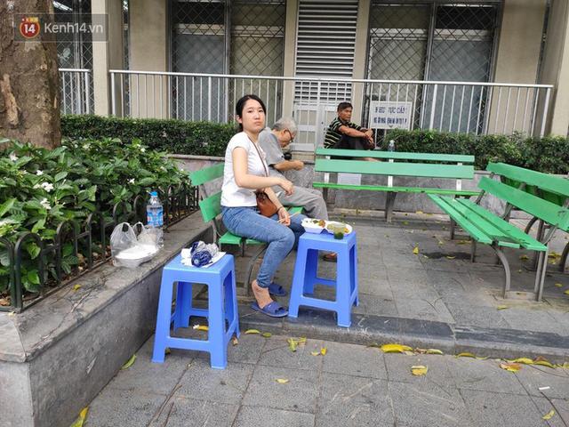 Ảnh: Nắng nóng gần 40 độ C ở Hà Nội, người nhà bệnh nhân vạ vật gần hành lang, dưới bóng cây trong bệnh viện - Ảnh 15.